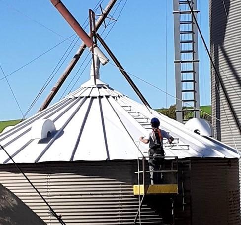 Colaborador da RM Manutenção faz a impermeabilização de silos de trigo